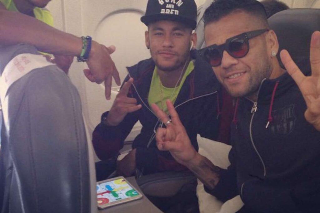 Los jugadores de la selección brasileña de fútbol Neymar y Dani Alves disputando una partida de Parchís